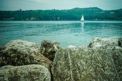 Βάρκα με τους βράχους Στοκ Φωτογραφίες