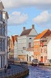 Βάρκα με τους τουρίστες στο κανάλι, Μπρυζ, Βέλγιο Στοκ Φωτογραφία