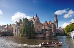 βάρκα με τους τουρίστες στο κανάλι, Μπρυζ Στοκ φωτογραφία με δικαίωμα ελεύθερης χρήσης