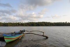 Βάρκα με το ζυγοστάτη Στοκ εικόνες με δικαίωμα ελεύθερης χρήσης