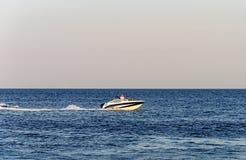 Βάρκα μηχανών με τους τουρίστες στη θάλασσα Στοκ εικόνα με δικαίωμα ελεύθερης χρήσης