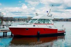 Βάρκα μηχανών μιας ακτοφυλακής που σταθμεύουν στο Annecy, Γαλλία Στοκ φωτογραφία με δικαίωμα ελεύθερης χρήσης