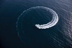 Βάρκα μηχανών που κάνει μια στροφή με μορφή ενός στροβίλου Στοκ φωτογραφία με δικαίωμα ελεύθερης χρήσης