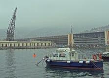 Βάρκα μηχανών στα πλαίσια του παλαιού γερανού Στοκ Εικόνες