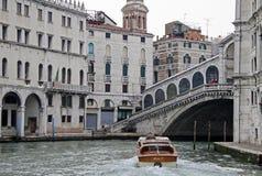 Βάρκα μηχανών στη γέφυρα Rialto στο μεγάλο κανάλι, Βενετία, Ιταλία Στοκ Εικόνες