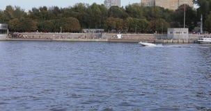 Βάρκα μηχανών στον ποταμό της Μόσχας απόθεμα βίντεο