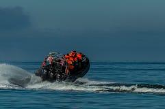 Βάρκα μηχανών ‹â€ ‹ταχύτητας †που μεταφέρει τους ανθρώπους στη θάλασσα Στοκ Φωτογραφίες