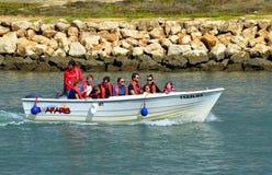 Βάρκα μηχανών Seafaris με τους τουρίστες στον ποταμό Bensafrim στο λιμάνι του Λάγκος Στοκ Εικόνα