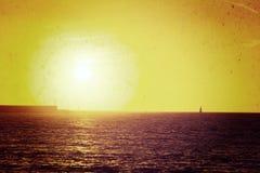 Βάρκα μόνο στη θάλασσα στο ηλιοβασίλεμα στον εκλεκτής ποιότητας τόνο Στοκ Φωτογραφία