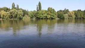 Βάρκα ναυσιπλοΐας στη λίμνη απόθεμα βίντεο