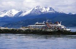 Βάρκα οικοτουρισμού και νότια λιοντάρια θάλασσας κοντά στο κανάλι λαγωνικών και τα νησιά γεφυρών, Ushuaia, νότια Αργεντινή Στοκ Εικόνες