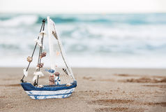 Βάρκα παιχνιδιών κοντά στη θάλασσα Έννοια θερινών διακοπών Στοκ φωτογραφία με δικαίωμα ελεύθερης χρήσης