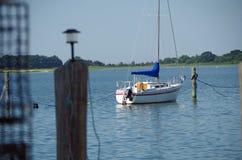 Βάρκα πανιών που ελλιμενίζεται στη θερινή μαρίνα Στοκ εικόνα με δικαίωμα ελεύθερης χρήσης