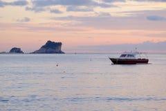 Βάρκα πανιών στον κόλπο Μαυροβούνιο Kotor Στοκ εικόνες με δικαίωμα ελεύθερης χρήσης
