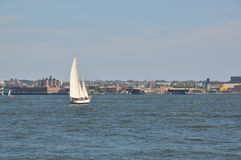 Βάρκα πανιών στον κόλπο στοκ εικόνα με δικαίωμα ελεύθερης χρήσης