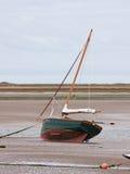 Βάρκα πανιών Beached at low tide Στοκ εικόνες με δικαίωμα ελεύθερης χρήσης