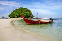 Βάρκα παραλιών Krabi στην όμορφη παραλία Στοκ εικόνα με δικαίωμα ελεύθερης χρήσης