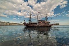 Βάρκα πειρατών που πλέει με τα νερά Θεσσαλονίκης Στοκ Εικόνα