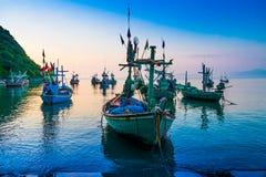 Βάρκα που δένεται κοντά στην ακτή στην ανατολή στοκ εικόνες
