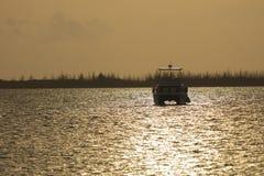 Βάρκα που δένεται στη Key West κατά τη διάρκεια του ηλιοβασιλέματος Στοκ εικόνες με δικαίωμα ελεύθερης χρήσης
