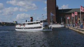 Βάρκα που αναχωρεί σε Drottningholm, Σουηδία απόθεμα βίντεο