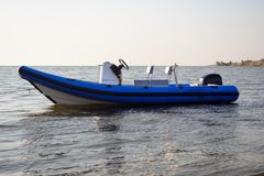 Βάρκα που δένεται διογκώσιμη στο νερό στοκ εικόνες