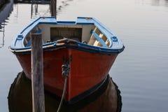 Βάρκα που δένεται σε ένα κανάλι στο Αβέιρο, Πορτογαλία στοκ φωτογραφίες