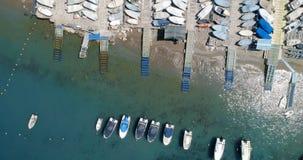 Βάρκα που δένεται στο λιμάνι 4k απόθεμα βίντεο