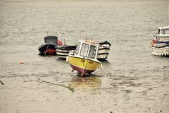 Βάρκα που εγκαταλείπεται από την παλίρροια Στοκ Φωτογραφίες