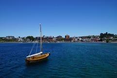 Βάρκα που εξετάζει την πόλη Puerto Varas, Χιλή Στοκ Φωτογραφία