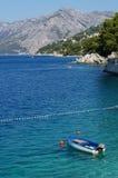 Βάρκα που επιπλέει στη θάλασσα στοκ φωτογραφία με δικαίωμα ελεύθερης χρήσης