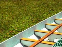 Βάρκα που επιπλέει σε ένα έλος Στοκ φωτογραφία με δικαίωμα ελεύθερης χρήσης