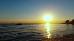 Βάρκα που επιπλέει στην ήρεμη θάλασσα απόθεμα βίντεο