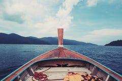 Βάρκα που επιπλέει στον τροπικό ωκεανό στην Ταϊλάνδη, εκλεκτής ποιότητας τόνος Στοκ φωτογραφία με δικαίωμα ελεύθερης χρήσης