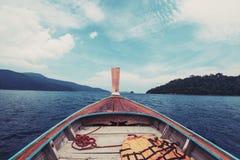 Βάρκα που επιπλέει στον τροπικό ωκεανό στην Ταϊλάνδη, εκλεκτής ποιότητας τόνος Στοκ εικόνα με δικαίωμα ελεύθερης χρήσης