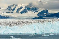 Βάρκα που επισκιάζεται από τα φιορδ της Αλάσκας Kenia παγετώνων βουνών Στοκ Φωτογραφία