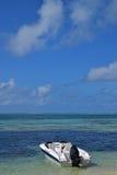 Βάρκα που ελλιμενίζεται στην παραλία σε Ile aux Cerfs Μαυρίκιος Στοκ Φωτογραφίες