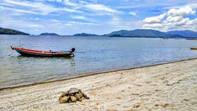 Βάρκα που ελλιμενίζεται στην τροπική παραλία Στοκ Εικόνα
