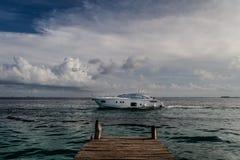 Βάρκα που διασχίζει μπροστά από την αποβάθρα Στοκ Φωτογραφίες