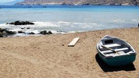 βάρκα που κάνει ηλιοθεραπεία στην παραλία στοκ φωτογραφία με δικαίωμα ελεύθερης χρήσης