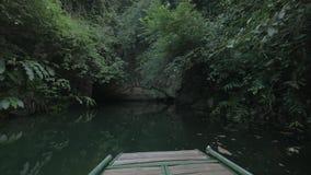 Βάρκα που κινείται προς τη σπηλιά καρστ σε Trang, Βιετνάμ φιλμ μικρού μήκους