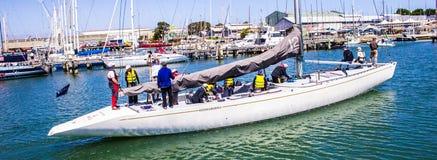 Βάρκα που μπαίνει σε το λιμάνι Στοκ Εικόνα