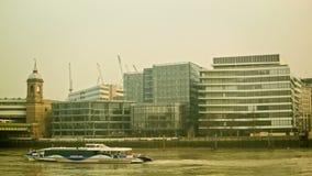 Βάρκα που περνά από από το δικαίωμα, τηγάνι στην πόλη του Λονδίνου απόθεμα βίντεο
