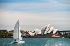 Βάρκα που περνά από τη Όπερα του Σίδνεϊ Στοκ φωτογραφία με δικαίωμα ελεύθερης χρήσης
