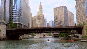 Βάρκα που περνά κάτω από μια γέφυρα στον ποταμό του Σικάγου απόθεμα βίντεο