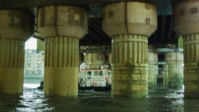 Βάρκα που περνά κάτω από μια γέφυρα απόθεμα βίντεο