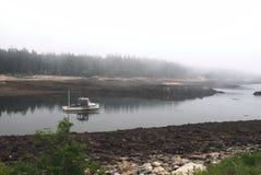 Βάρκα που πηγαίνει κάτω από τον ποταμό Στοκ εικόνα με δικαίωμα ελεύθερης χρήσης