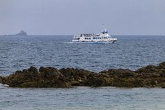 Βάρκα που πλέει κοντά στην ακτή στοκ φωτογραφίες με δικαίωμα ελεύθερης χρήσης