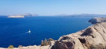 Βάρκα που πλέει με έναν μεγάλο μπλε ωκεανό στοκ εικόνες με δικαίωμα ελεύθερης χρήσης