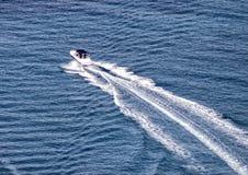 Βάρκα που πλέει στη Μεσόγειο στοκ φωτογραφίες
